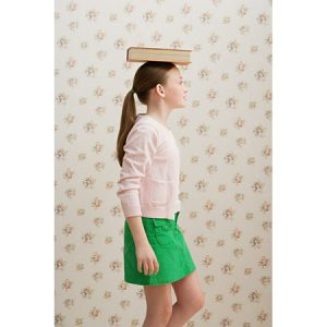 dynamic posture workshop, girl balancing book on head